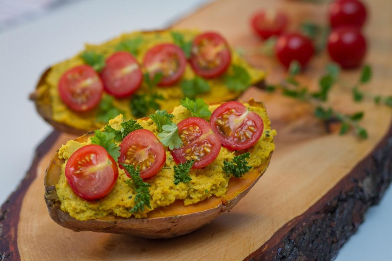 Süßkartoffel mit Hummus und Tomaten